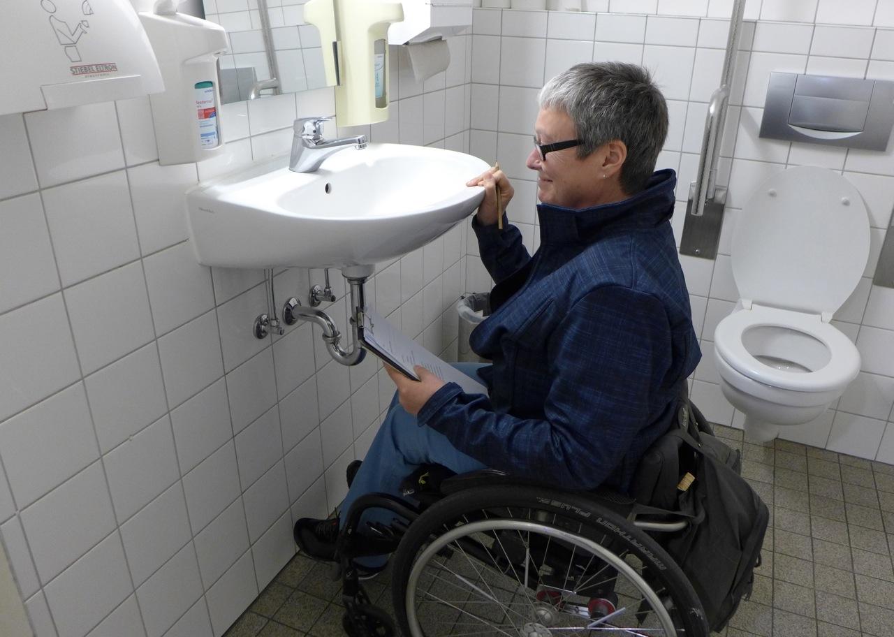 Waschbecken in einer Toilette für behinderte Menschen - viel zu hoch!
