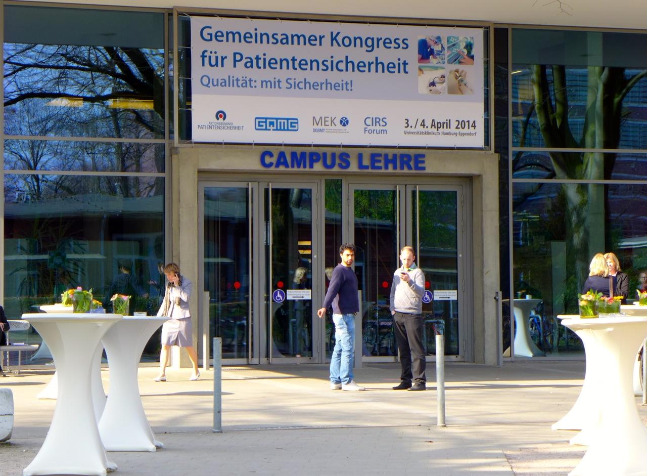 Eingang mit Schild zum Kongressgebäude