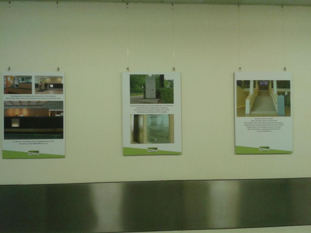 3 der 14 Poster an der Wand hängend