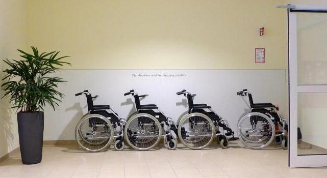 Rollstühle in einer Klinik