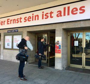 2 Kameraleute betreten das Ernst Deutsch Theater