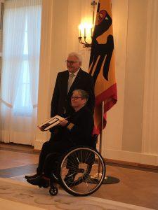 Bundespräsident Steinmeyer und Frau Hagemann bei der Verleihung des Bundesverdienstkreuzes